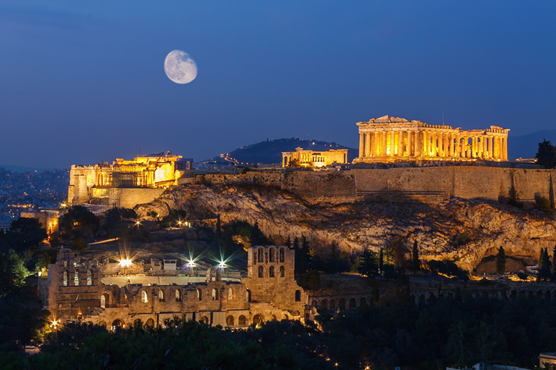 It is worth spending a nigth in Athens just to see Acropolis under the moonlight